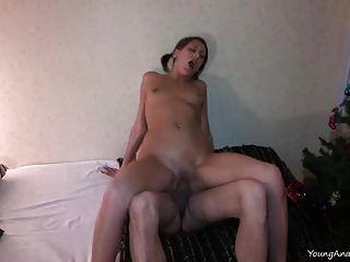 अपने गुदा सेक्स का आनंद लेने के लिए युवा गुदा का प्रयास