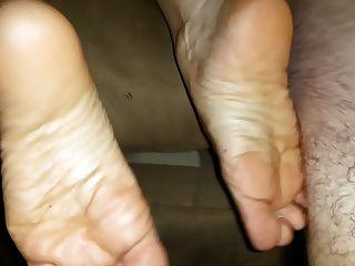 एक अच्छा पिटाई के बाद उसके पैरों पर विशाल सह शॉट