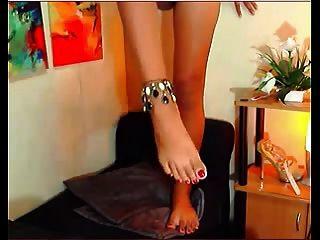 एशियाई किन्नर उसके पैरों के साथ खेलती है