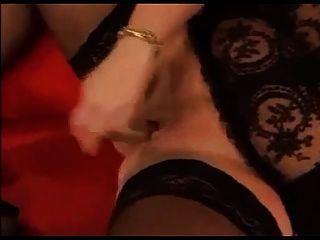 गर्म बीबीडब्ल्यू हस्तमैथुन में काले मोज़ा