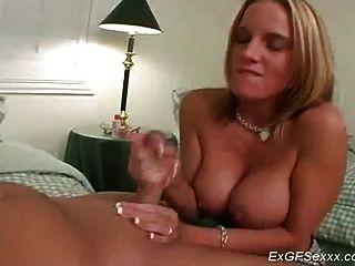 बड़े स्तन के साथ पूर्व प्रेमिका उसके चेहरे पर जंगली सह लेता है