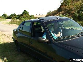 पुरानी कुतिया कार में सिर दे देती है तो कुत्ते की तरह