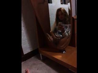 लड़की मिरर हस्तमैथुन
