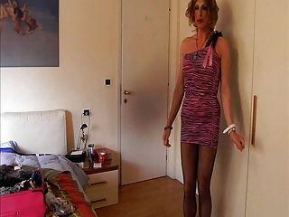 उसकी प्रीफ्रेटिट पोशाक के साथ कोरिन