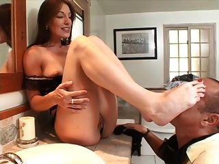सेक्सी milf एक महान footjob देता है