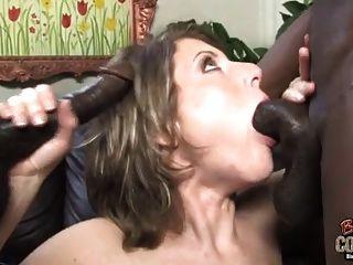 फूहड़ पत्नी दो अश्वेतों द्वारा पिलड़ी जबकि पति दूर