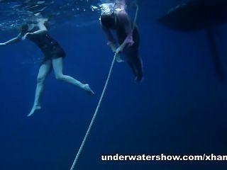 नास्त्य और माशा समुद्र में नग्न तैर रहे हैं
