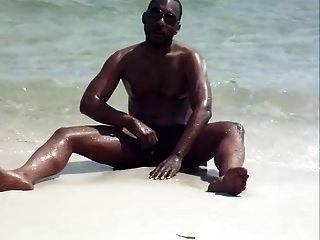 समुद्र तट पर बंद मरोड़ते