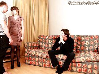 व्यभिचारी पति देखता है उसकी पत्नी चूसना मुर्गा और पैसे के लिए jizzed मिलता है