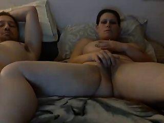 saggy स्तन पत्नी आदमी के बगल में बिल्ली के साथ खेलता है