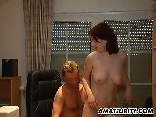 busty शौकिया किशोर कार्यालय में बेकार है और fucks