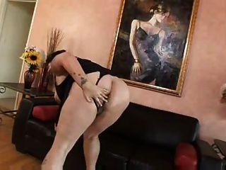 टैटू बीबीडब्ल्यू शो और उसकी योनि masturbates