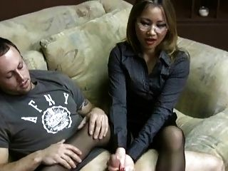 एशियाई बेब एक एचजे देता है