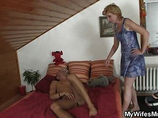 सास उसे सह में मदद करने के लिए आता है