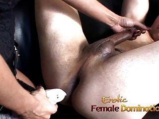 सुंदर श्यामला dominatrix कुछ के बाद उसे गुलाम सह बनाता है