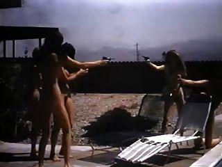 चारों ओर खेल रहे पांच विंटेज न्यडिस्ट लड़कियां