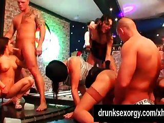 एक क्लब में कमबख्त गंदा लड़कियों