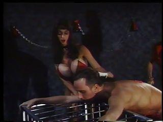 2 एक गुलाम दोस्त के साथ कार्रवाई में गर्म mistresses धूम्रपान