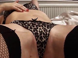 सेक्सी milf खुद के साथ खेल रहा है