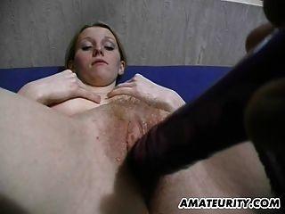 busty शौकिया प्रेमिका खिलौने और handjob देता है