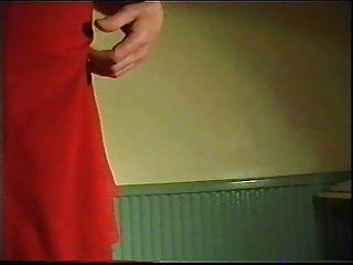 लाल पोशाक में प्रस्तुत