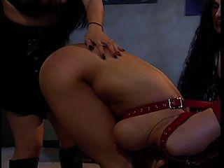 एक प्यारा बड़े स्तन भव्यता बहन का आनंद ले रहे दो hotties