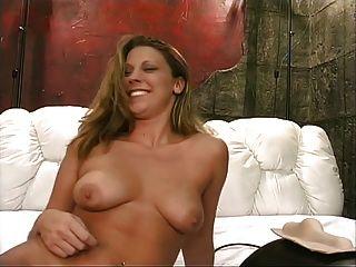 एक शॉवर के बाद, अच्छा स्तन के साथ एक गर्म गोरा बेब Sybian सवारी