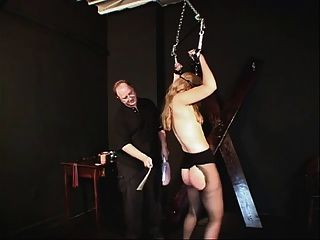 छोटे स्तन whore बाध्य और उसके मालिक द्वारा pleasured