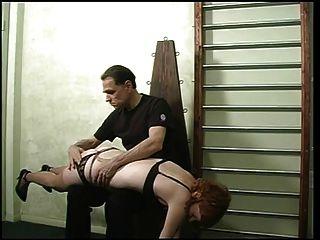 काले अधोवस्त्र और नाइलन में प्यारा फूहड़, उसके मालिक द्वारा spanked