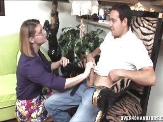 शरारती milf एक topless handjob देता है