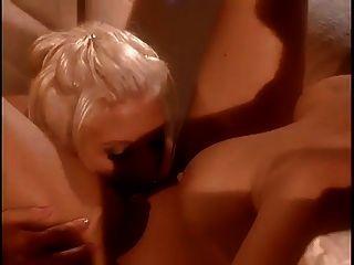 एशिया कैर्रा उसे बिल्ली सेक्सी प्रेमिका द्वारा पाला जाता है