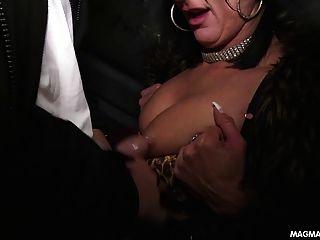 मेग्मा फिल्म दो sluts जनता में मरोड़ते और चूसने