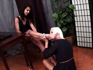 सुनहरे बालों वाली समलैंगिक चाटना लैटिना पैर