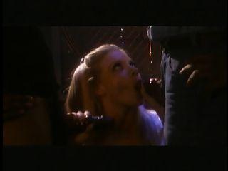 गर्म गोरा उसके स्तन चूसा और दो काले लोगों द्वारा गड़बड़ उंगली हो जाता है
