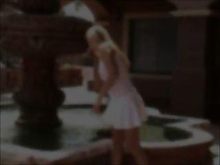 alison निप्पल चाटना और खिलौना के साथ सफेद शीर्ष के माध्यम से देखते हैं