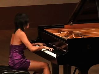सुंदर एशियाई लड़की रूसी संगीतकार की भूमिका निभाती है