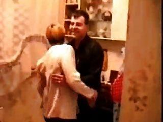 रसोई में रूसी शराब सेक्स में बदल जाता है