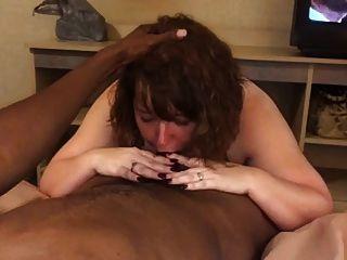 बीबीडब्ल्यू पत्नी अपने गले में बीबीसी ले रही है