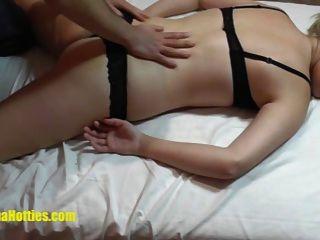 शर्मीली कास्टिंग लड़की के लिए सेक्सी तेल मालिश