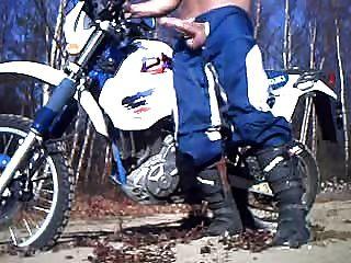बड़ा मुर्गा, मोटरबाइक पर wank बहुत सेक्सी xxxxx