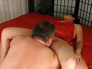 दादा दादी एक creampie देता है और उसे संभोग करने के लिए licks