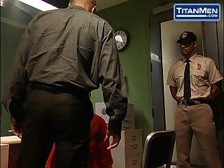 जेल वार्डन को विनम्र कैदी पर हावी है