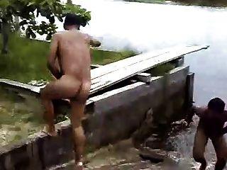 झील में नग्न नगरीय मर्जुलो