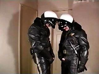 काम के बाद चमड़े के पुलिस 1
