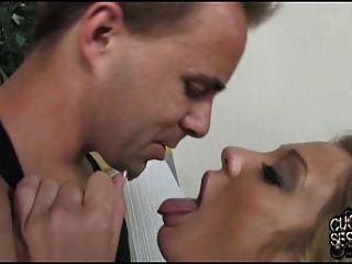 पत्नी व्यभिचारी पति के सामने काले रंग के साथ गुदा सेक्स कर रही है