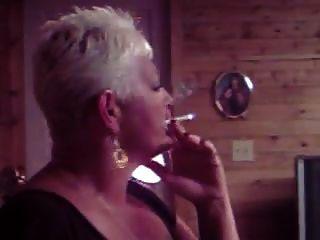 गर्म पुराने कौगर धूम्रपान एकल