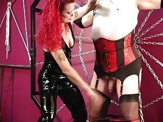 मालकिन मेलिसा crossdressed बहिन गुलाम को दंडित करता है
