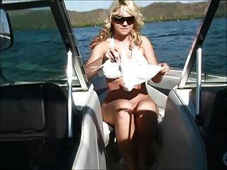 एक नाव पर alison उसे स्तन दिखा