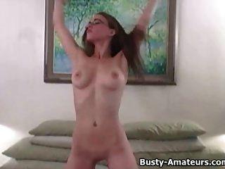 Busty होली उसके शरीर को दिखा रहा है और अपने खुद के स्तन चाट