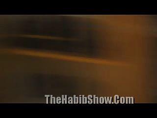 डोमिनिकिक दलाल अपने कुदाल को बकवास करता है जबकि ट्रिक घड़ियों होती है